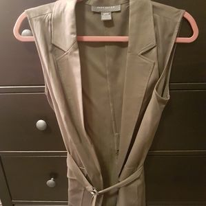 Sleeveless blazer with belt
